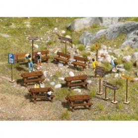 Busch 1484 Rastplats, set med fyra bänkar, fyra bord, skyltar, m.m