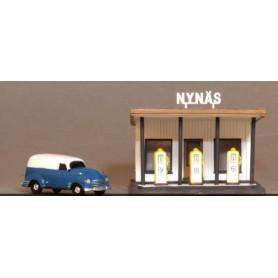 """Jeco 77405 Bensinstation """"Nynäs"""" och servicebil, färdigmodell"""
