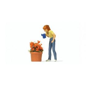 Preiser 28103 Kvinna som vattnar blommor, 1 figur