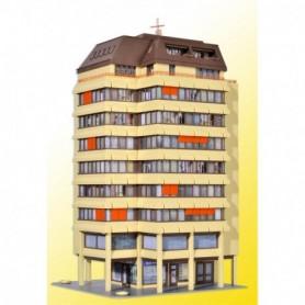 Kibri 38218 Höghus med shoppingcenter och takvåning, med belysning,