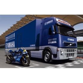 """Italeri 3823 Volvo FH12 med skåptrailer """"Racing Team Yamaha"""" med 1 st Motorcykel Yamaha YZR-M1"""
