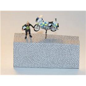Bicyc Led 878853SWE-1 Motorcykel med belysning 'Svensk Polis' stående med hjälm under armen