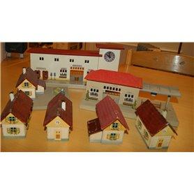 Tåg & Hobby METALLHUS Äldre hus i plåt från Kibri, set med 7 st