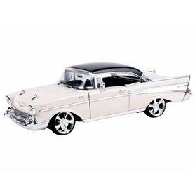 Motormax 79006 Chevrolet Bel Air Custom 1957, vit med svart tak