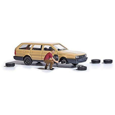 Busch 7822 Däckbyte, man som byter däck på bilen