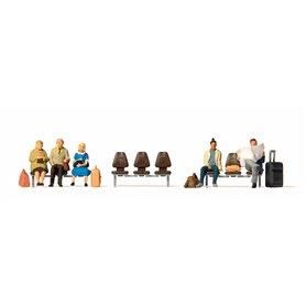 Preiser 10660 Väntande resenärer, 5 st, 3 sittbänkar
