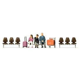 Preiser 10661 Väntande resenärer 3 st, 3 sittbänkar