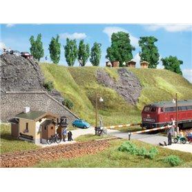 Auhagen 11345 Järnvägsövergång med banvaktarhus